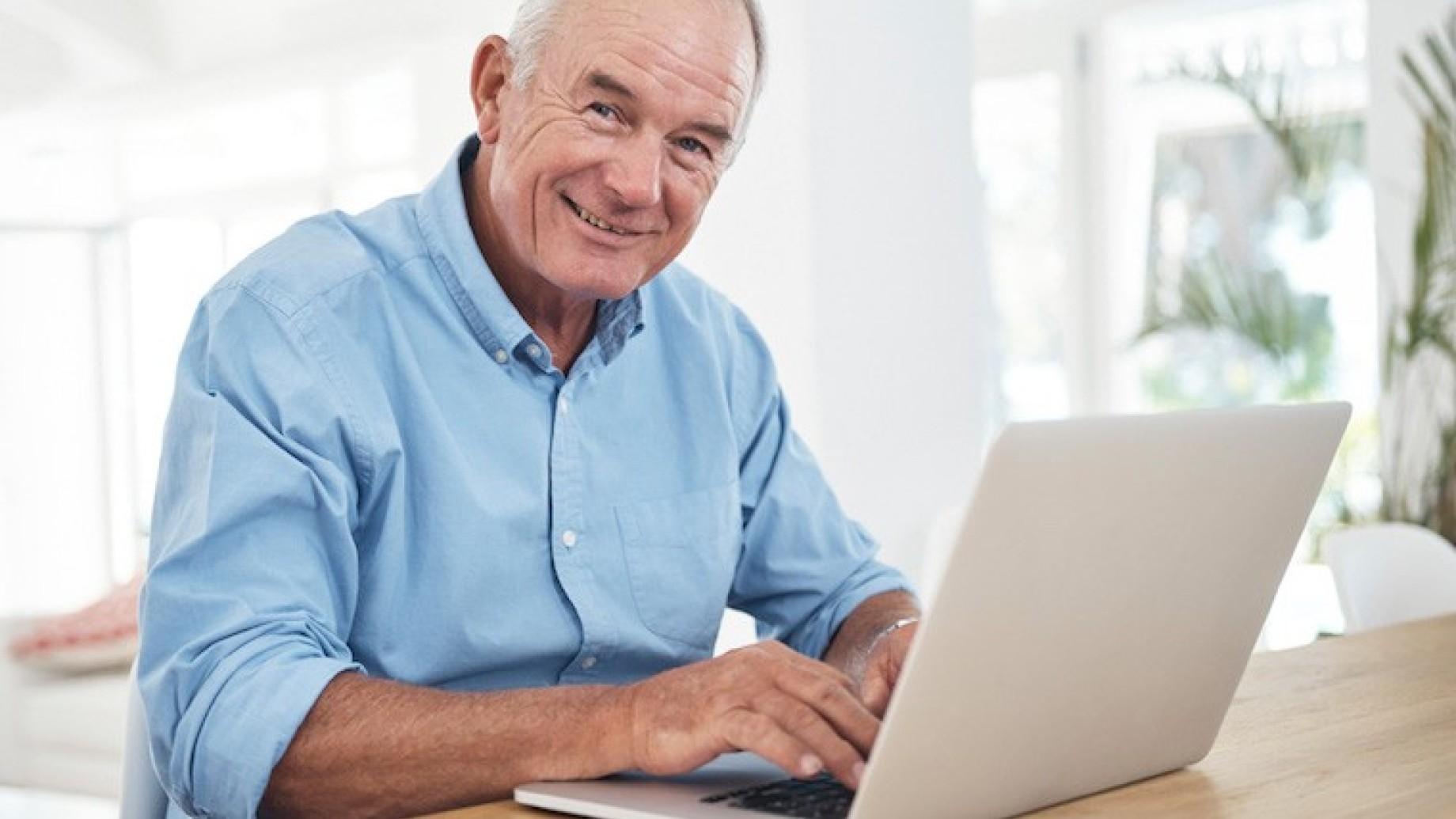 anziano-al-computer