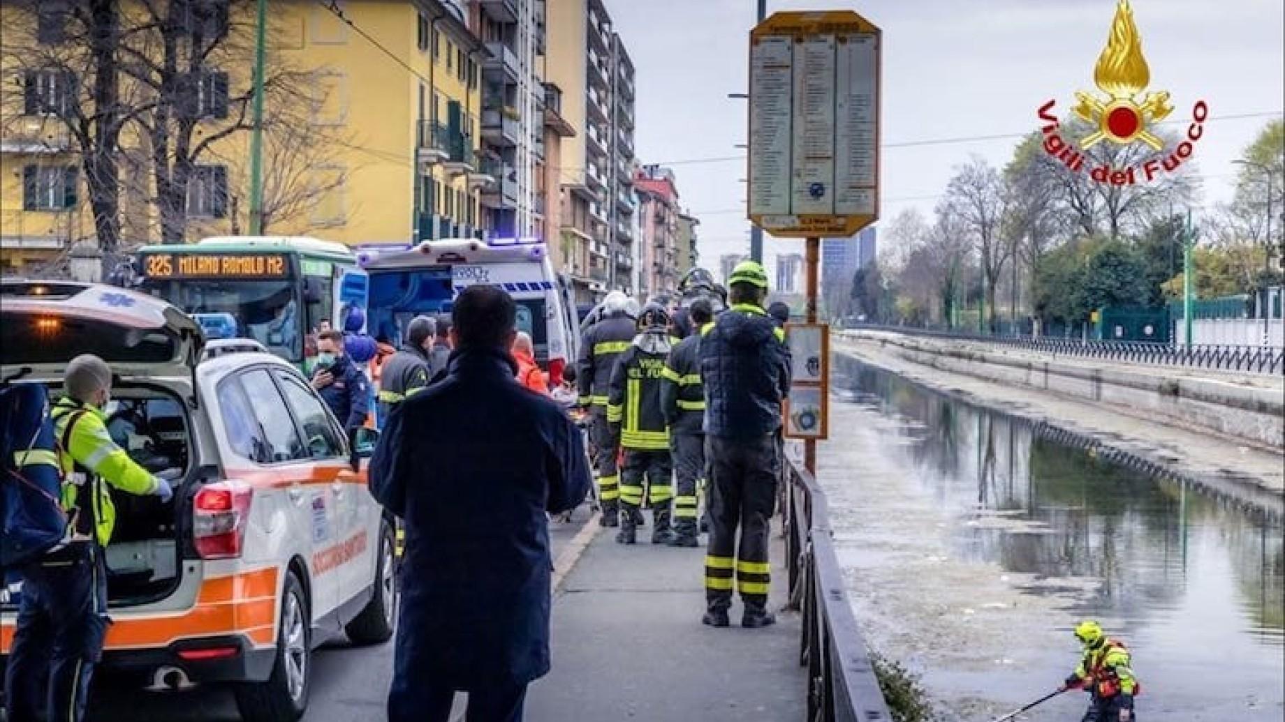 Milano, si tuffa nel Naviglio in secca per scappare dalla polizia e si fracassa una gamba